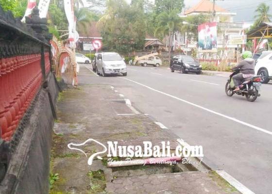 Nusabali.com - warga-keluhkan-trotoar-berlubang-di-depan-mapolres