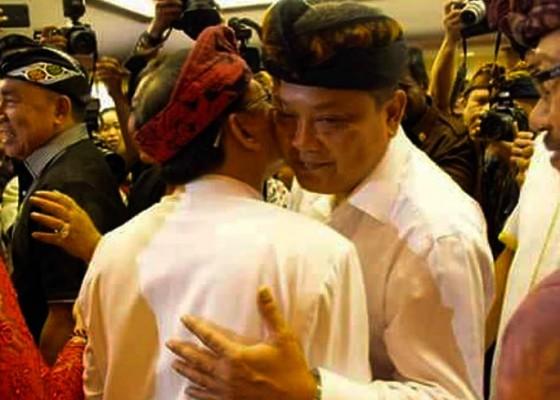 Nusabali.com - sapa-rai-mantra-koster-puji-mantan-gubernur-ib-mantra