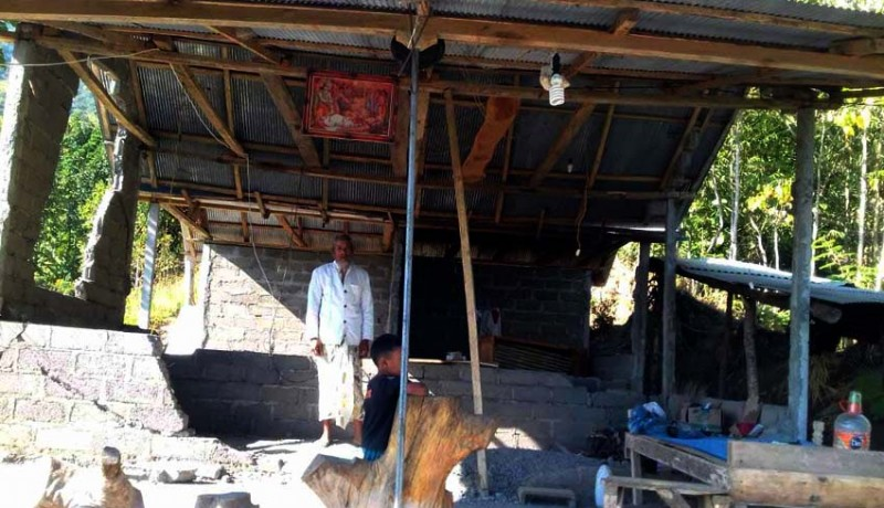 www.nusabali.com-rumah-jro-mangku-penakluk-gunung-agung-rusak-akibat-gempa