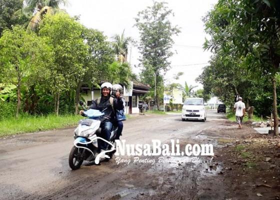 Nusabali.com - akses-jalan-pelabuhan-celukan-bawang-penuh-lubang