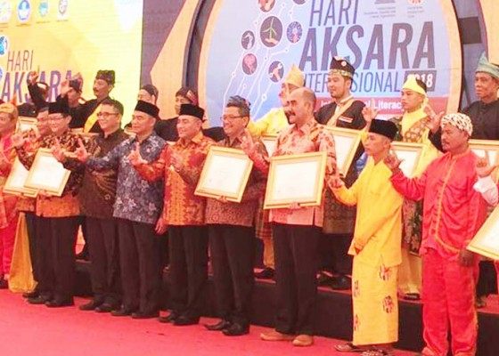 Nusabali.com - tuntaskan-buta-aksara-4-kabupaten-dapat-penghargaan