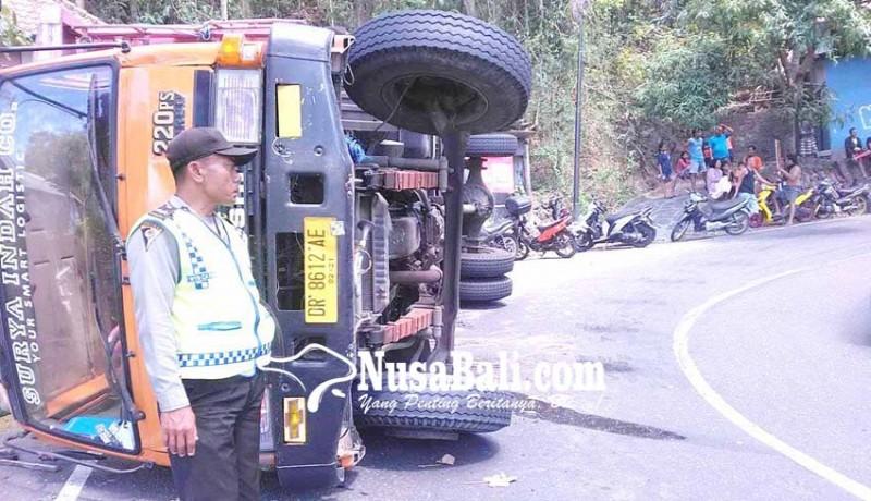 www.nusabali.com-truk-terguling-timpa-lima-motor
