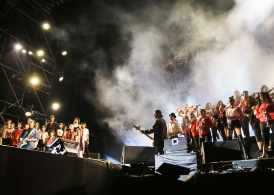 Nusabali.com - kolaborasi-musisi-lahirkan-arus-merah