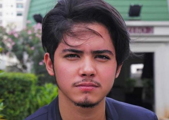 Nusabali.com - berambut-gondrong-aliando-syarief-diprotes