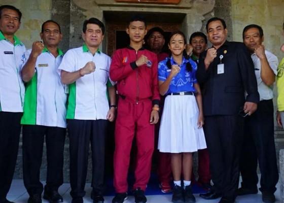Nusabali.com - 2-atlet-o2sn-pamitan-dengan-bupati