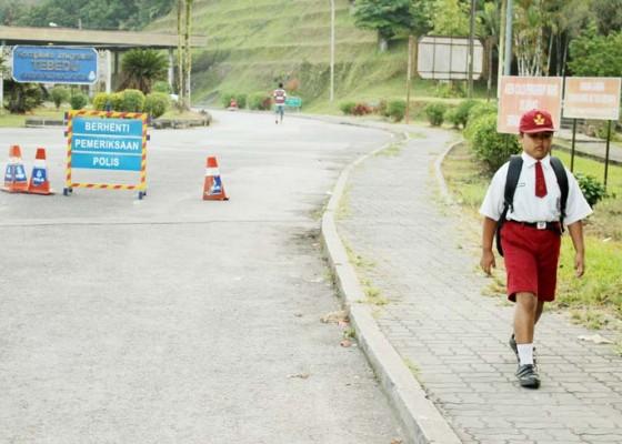 Nusabali.com - lintasi-dua-negara-untuk-bersekolah