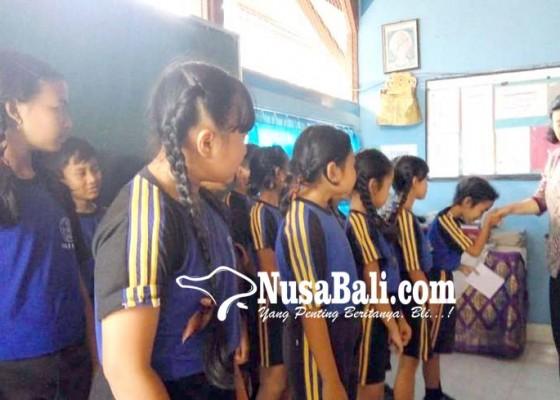 Nusabali.com - siswa-berprestasi-terima-beasiswa-transisi