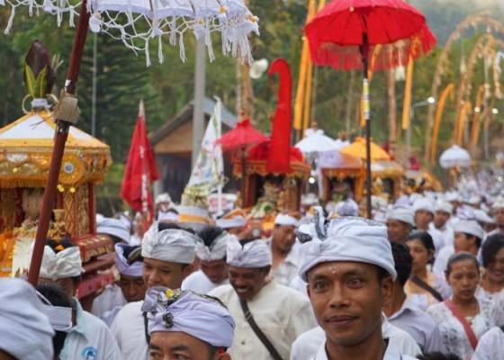 Nusabali.com - ribuan-krama-ikuti-melasti-dengan-gelar-lantaran-sejauh-18-km