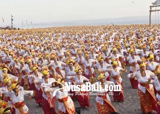 Nusabali.com - petitenget-festival-2000-penari-tenun-pecahkan-rekor-muri