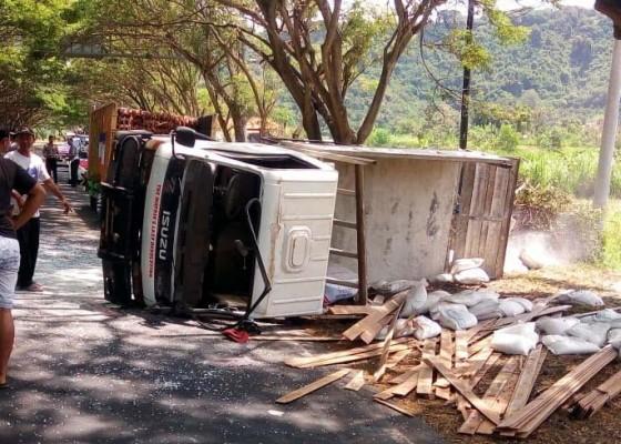 Nusabali.com - truk-terguling-di-desa-gunaksa