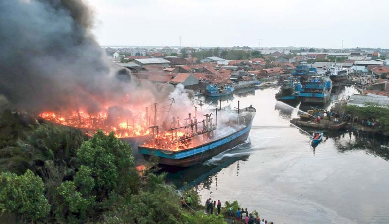 www.nusabali.com-kebakaran-kapal-pekalongan