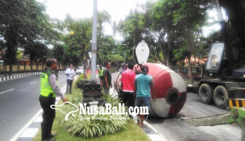 www.nusabali.com-molen-isi-beton-basah-seberat-12-ton-terjatuh