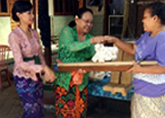 Nusabali.com - pengembangan-kamen-gringsing-desa-tenganan-melalui-program-kemitraan-masyarakat-ristekdikti