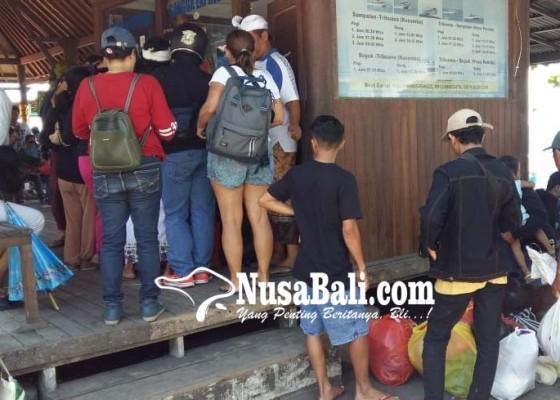 Nusabali.com - penyeberangan-pelabuhan-kusamba-membludak