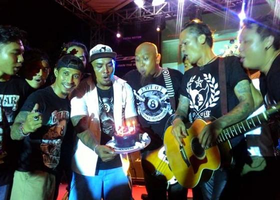 Nusabali.com - lolot-bocorkan-lagu-baru-di-ultah-ke-2-bali-rockers