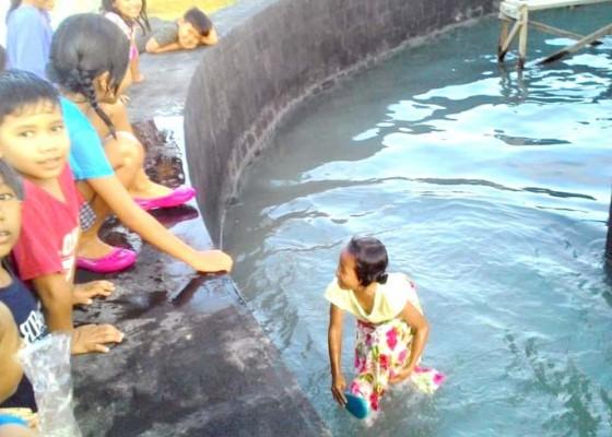 Nusabali.com - kolam-air-mancur-dijadikan-tempat-bermain