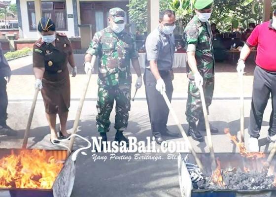Nusabali.com - kejari-jembrana-musnahkan-2-kg-shabu