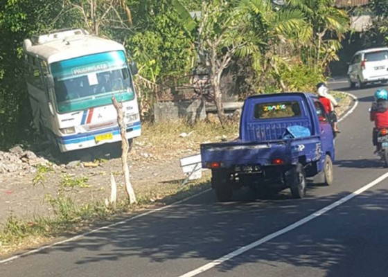Nusabali.com - bus-angkut-mahasiswa-nyaris-masuk-jurang