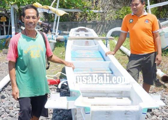 Nusabali.com - dihantam-ombak-jukung-terbalik
