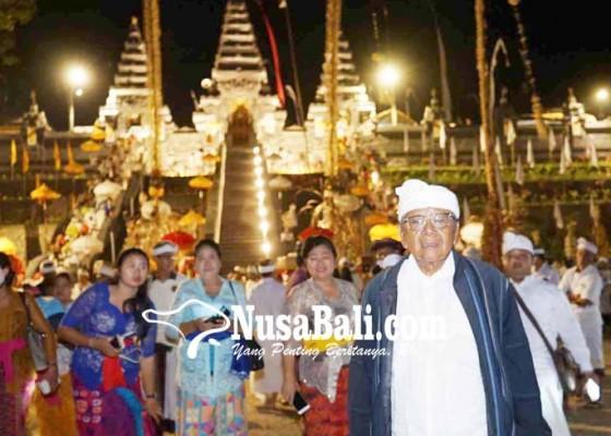 Nusabali.com - pamedek-membeludak-ke-pura-penataran-agung