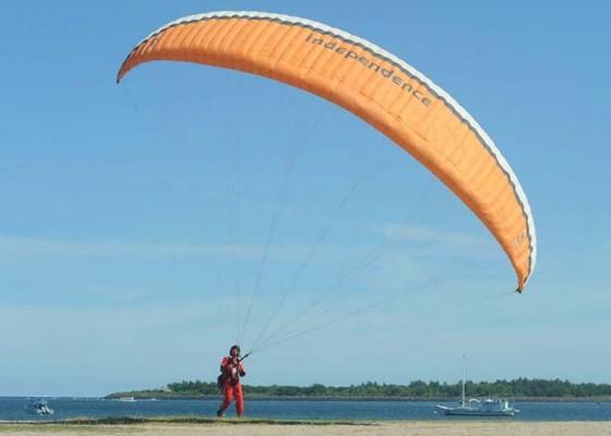 Nusabali.com - paragliding-di-pantai-mertasari