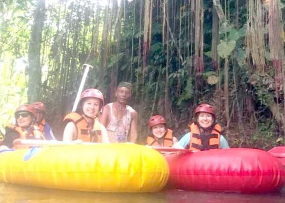 Nusabali.com - wisatawan-minati-tubing-di-lazy-river-penarungan