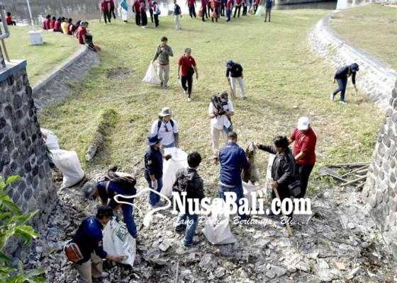 Nusabali.com - jajaran-kementerian-pupr-bersihkan-sungai-di-taman-pancing-pemogan