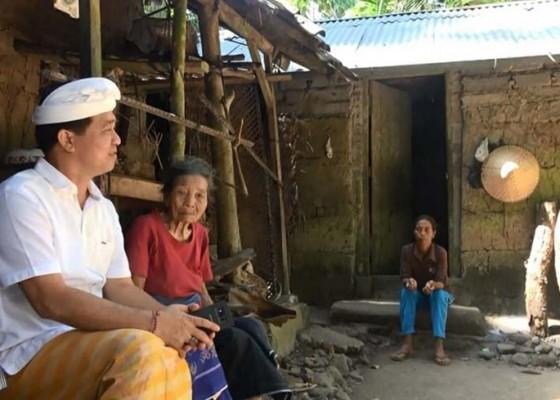 Nusabali.com - bupati-suwirta-tinjau-lansia-di-selat