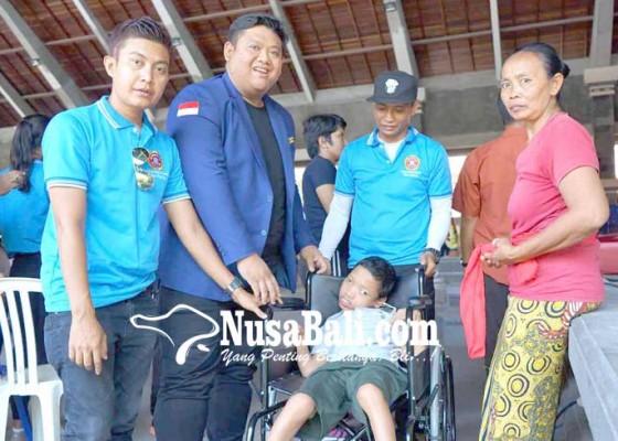 Nusabali.com - karang-taruna-provinsi-salurkan-kursi-roda