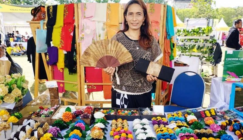 www.nusabali.com-kepompong-ulat-sutra-disulap-jadi-aksesoris
