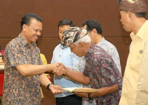 Nusabali.com - mewakili-gubernur-bali-sekda-dewa-indra-serahkan-bantuan-kepada-korban-gempa-lombok