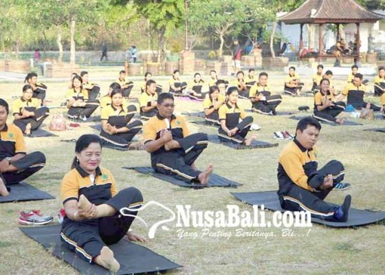 Nusabali.com - kemenag-ajak-masyarakat-rutin-yoga