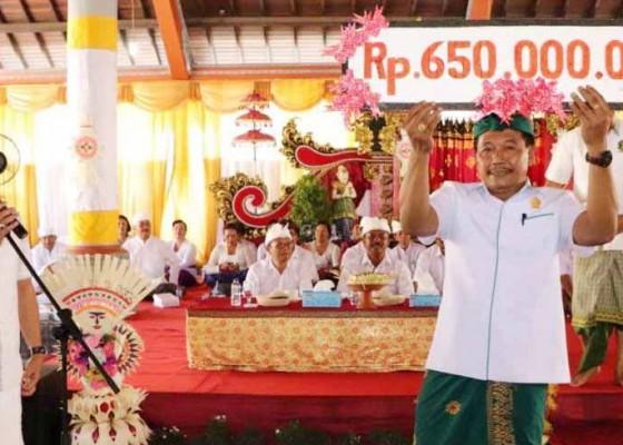Nusabali.com - dukung-pitra-yadnya-desa-adat-mengwi-wabup-suiasa-serahkan-bantuan-rp-650-juta