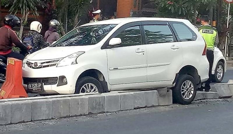 www.nusabali.com-baru-dipasang-separator-kembali-diseruduk-mobil