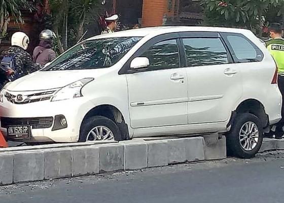 Nusabali.com - baru-dipasang-separator-kembali-diseruduk-mobil