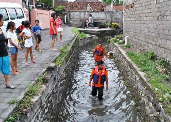 Nusabali.com - balita-usia-2-tahun-hilang-terseret-air-selokan