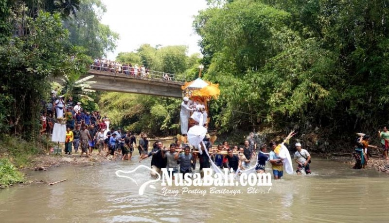 www.nusabali.com-pengarakan-bade-lewat-sungai-penyunggi-basah-kuyup