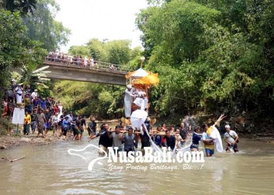 Nusabali.com - pengarakan-bade-lewat-sungai-penyunggi-basah-kuyup