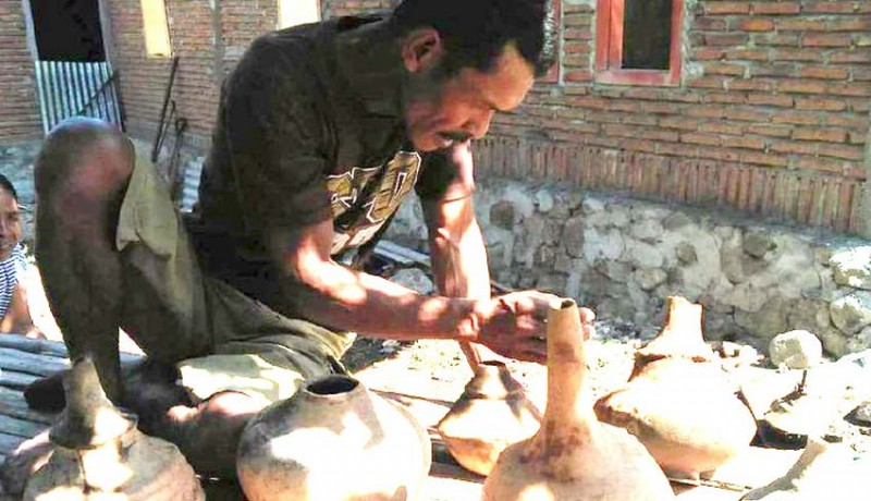 www.nusabali.com-warga-ntb-temukan-kendi-dan-guci-kuno