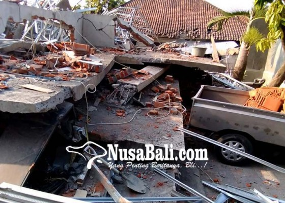 Nusabali.com - rumah-lantai-dua-ambruk-diguncang-gempa
