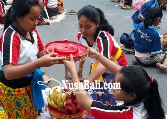 Nusabali.com - siswa-urunan-buat-banten-saraswati