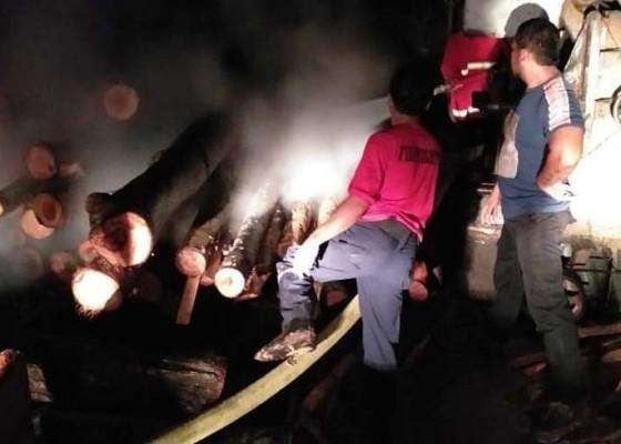 Nusabali.com - dinihari-gudang-kayu-nyaris-ludes-terbakar