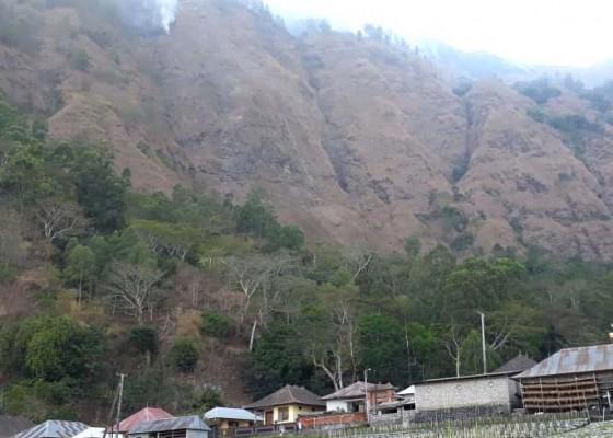 Nusabali.com - hutan-gunung-abang-terbakar
