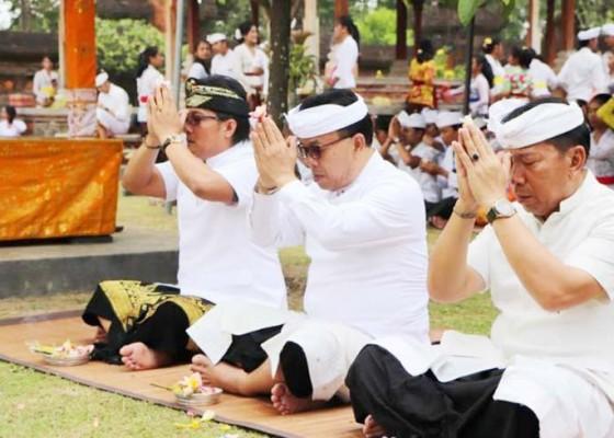 Nusabali.com - bupati-ikuti-persembahyangan-saraswati-di-pura-lingga-bhuwana-puspem-badung