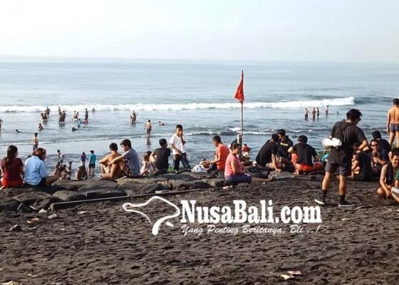 Nusabali.com - banyupinaruh-masyarakat-padati-pantai
