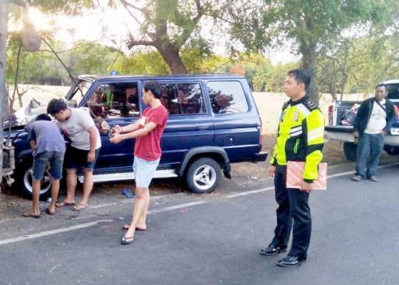 Nusabali.com - mobil-hantam-pohon-perindang-5-orang-luka-luka
