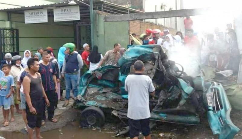 www.nusabali.com-ditabrak-truk-mobil-dan-penumpang-terbakar