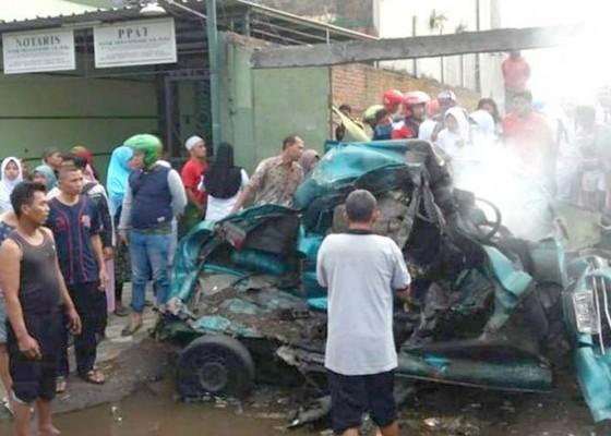 Nusabali.com - ditabrak-truk-mobil-dan-penumpang-terbakar
