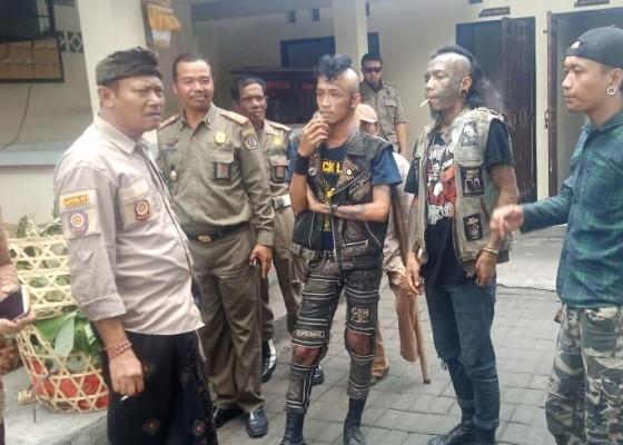Nusabali.com - satpol-pp-ciduk-anak-punk-penuh-tatto