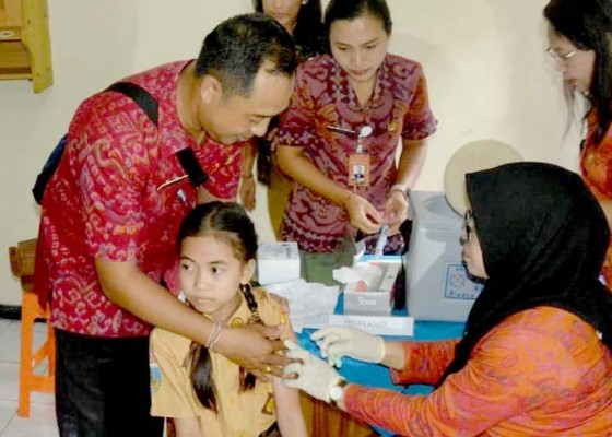 Nusabali.com - 6762-siswi-sd-di-denpasar-dapat-vaksinasi-kanker-serviks-massal
